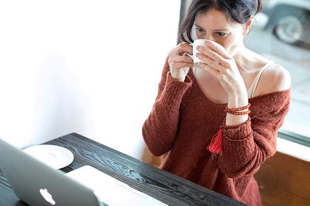 žena ve svetru s kávou.jpg