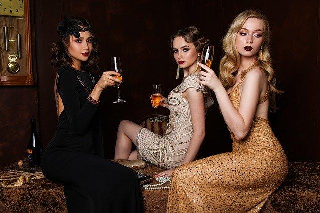 tři ženy v šatech.jpg