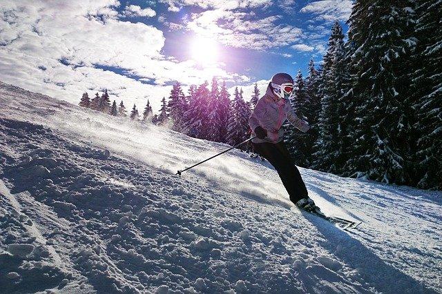 slunce nad lyžařkou